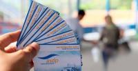 Kapolsek Bojonegara AKP Fauzan Afifi memberikan hadiah piagam dan uang tunai kepada pemenang lomba adu layang-layang. (Foto: TitikNOL)