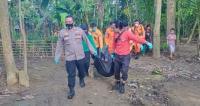 Deninteldam III Siliwangi bersama Yayasan MQu saat memberikan bantuan sembako pada korban banjir bantang penghuni Huntara di Lebak. (Foto: TitikNOL)