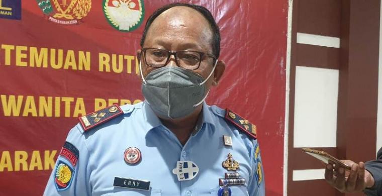 Kepala Lapas Kelas II Cilegon, Errytaruna saat memberikan keterangan kepada wartawan terkait adanya narapidana yang mengendalikan peredaran narkoba dari dalam Lapas. (Foto: TitikNOL)