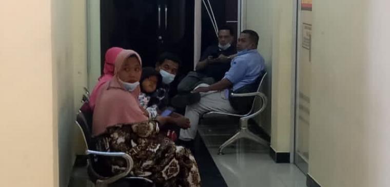 Keluarga korban saat melaporkan kejadian di Mapolres Lebak. (Foto: TitikNOL)