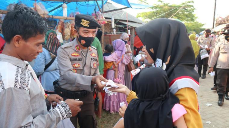 Pembagian masker kepada pengunjung maupun pedagang di Pondok Pesantren (Ponpes) Syekh Nawawi al-Bantani di Kecamatan Tanara, Kabupaten Serang. (Foto: TitikNOL)