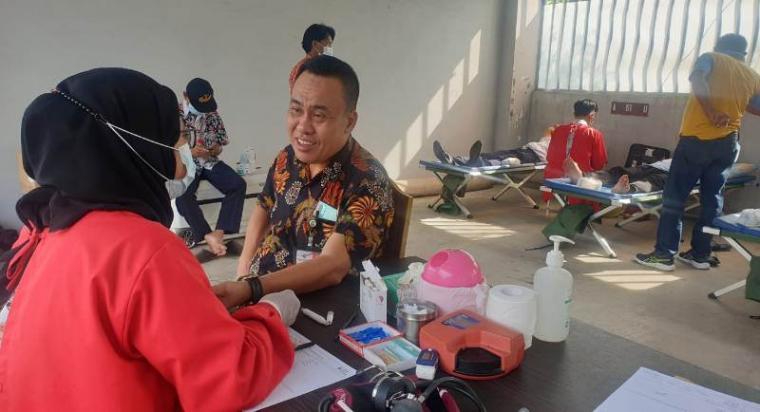 Kadishub Cilegon, Uteng Dedi Apendi saat memimpin donor darah.(Istimewa).
