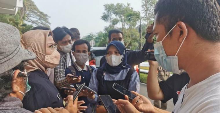 Bupati Serang, Ratu Tatu Chasanah saat diwawancara wartawan. (Foto: TitikNOL)