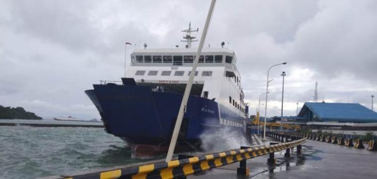 KMP Wira Kencana saat terhempas di area dermaga Pelabuhan Merak. (Istimewa).