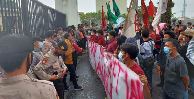 Aksi demonstrasi puluhan mahasiswa yang tergabung dalam aliansi Koalisis Banten di Kawasan Pusat Pemerintahan Provinsi Banten. (Foto: TitikNOL)