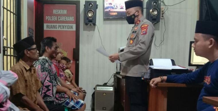 Keluraga korban penyiraman air panas yang dilakukan sang istri saat berada di kantor polisi untuk mencabut laporan. (Foto: TitikNOL)