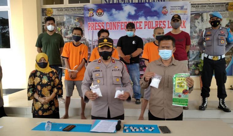 Tesangka beserta barangbukti narkoba saat dihadirkan dalam press conference Polres Lebak. (Foto: TitikNOL)
