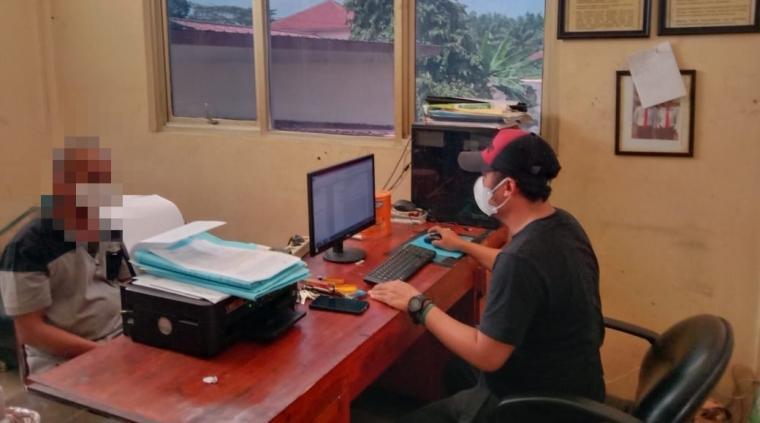 Tersangka pengguna sabu saat dimintai keterangan. (Foto: TitikNOL)