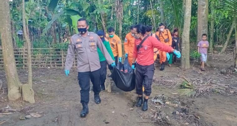 Korban tenggelam yang ditemukan meninggal dunia saat di evakuasi petugas gabungan. (Foto: TitikNOL)