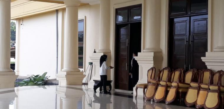Salah satu pejabat Dinkes Banten yang akan dilakukan pemeriksaan saat memasuki Pendopo Gubernur Banten. (Foto: TitikNOL)
