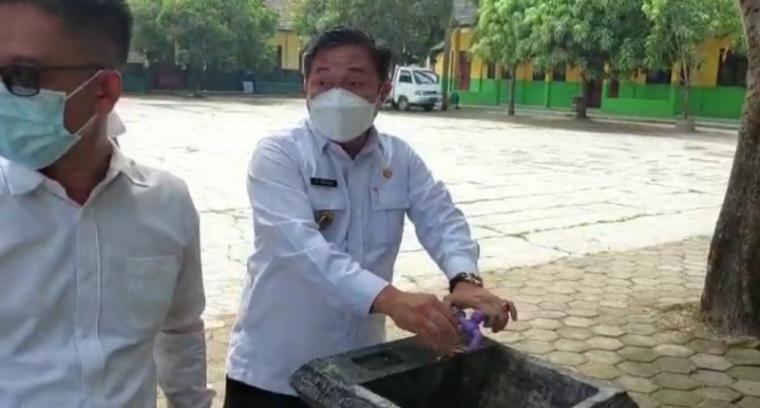 Wakil wali Kota Serang Subadri Ushuludin saat mengontrol kondisi fasilitas cuci tangan. (Foto: TitikNOL)