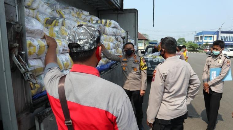 Penerimaan 30 5ton beras dari presiden. (Foto: TitikNOL)