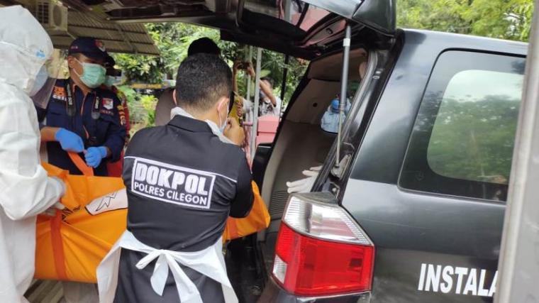 Polisi saat mengevakuasi MI yang ditemukan meninggal dunia di rumah kontrakannya di perumahaan Arga Baja Pura, Kelurahan Kotasari, Kecamatan Grogol, Kota Cilegon. (Istimewa).