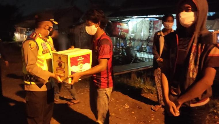 Kapolres Serang AKBP Mariyono saat memberikan bantuan paket sembako. (Foto: TitikNOL)
