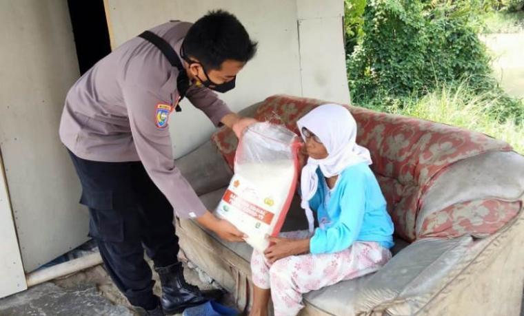 Pembagian paket sembako kepada salah satu masyarakat yang terdampak covid-19 disama PPKM Darurat. (Foto: TitikNOL)