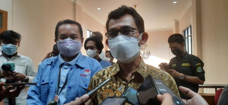 Direktur HR & GA PT Krakatau Posco, Gersang Tarigan saat memberikan keterangan kepada wartawan di Kantor Wali Kota Cilegon. (Foto: TitikNOL)