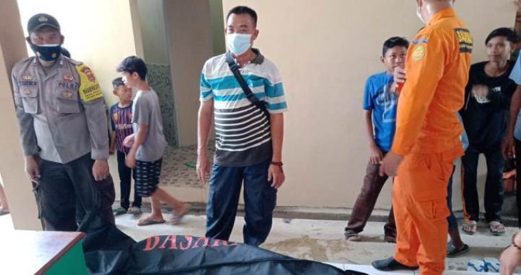 Jasad Rosadi (15) seorang santri Pondok Pesanteran Darus Sunah Rangkasbitung yang dilaporkan tenggelam di Sungai Ciberang, Kecamatan Rangkasbitung, Kabupaten Lebak. (Foto: TitikNOL)