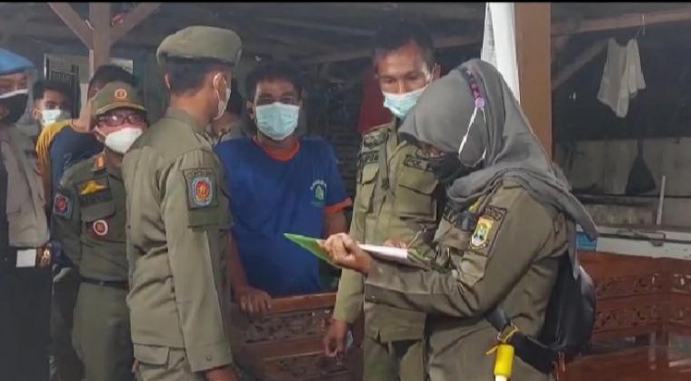 Salah satu pedagang yang diberi sanksi oleh petugas Satpol PP. (Foto: TitikNOL)