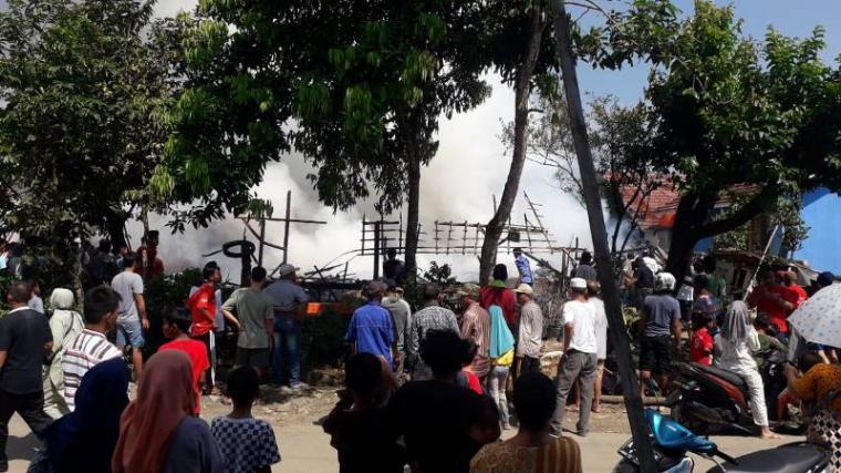 Kepulan asap dari rumah yang terbakar akibat korsleting listrik. (Foto: TitikNOL)