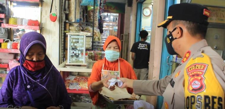 Kapolres Serang AKBP Mariyono saat membagikan masker kepada pedagang dan pengunjung Pasar Tradisional Ciruas, Kabupaten Serang. (Foto: TitikNOL)