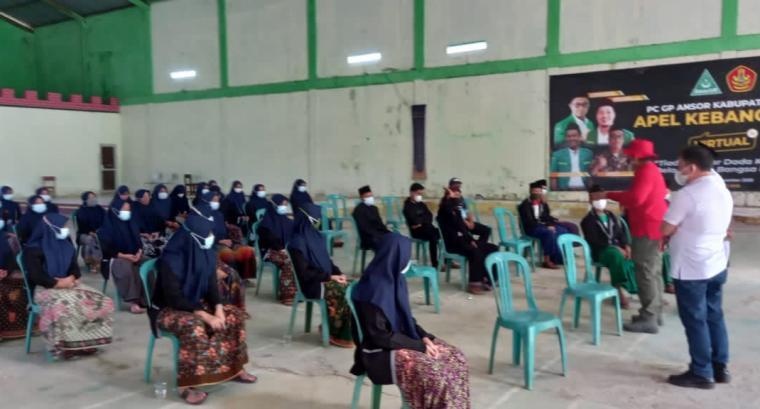 Sejumlah Santriwan dan Santriwati Ponpes Al Farhan di Kecamatan Cipanas, Kabupaten Lebak saat mengikuti vaksin. (Foto: TitikNOL)