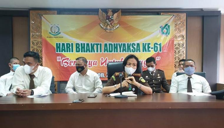 Kepala Kejari Kota Cilegon Ely Kusymastuti dan jajaran saat menggelar konferensi pers dalam rangka Hari Bhakti Adhyaksa ke -61 di Aula Kantor Kejari Kota Cilegon, Kamis (22/7/2021). (Foto: TitikNOL)