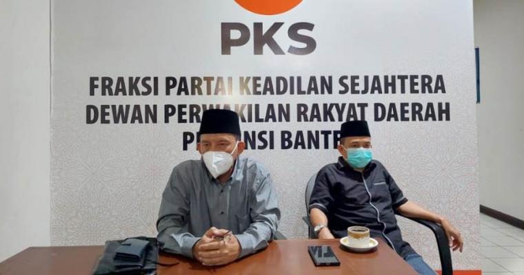 Ketua Fraksi PKS DPRD, Juheni M. Rois saat memberikan keterangan kepada wartawan. (Foto: TitikNOL)