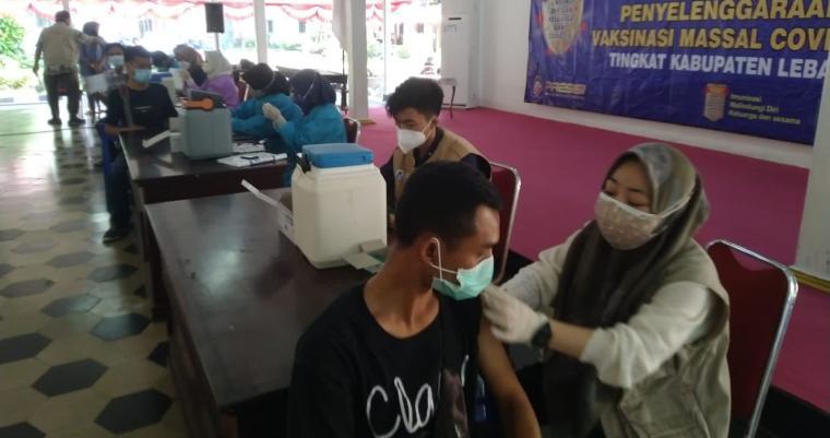 Suasana vaksinasi di Pendopo Pemkab Lebak. (Foto: TitikNOL)