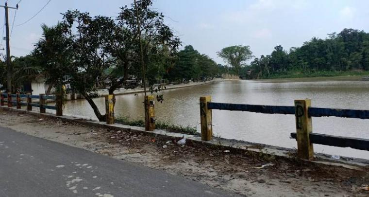 Kerusakan pagar area Situ Pelayangan ditengarai tak dilakukan perbaikan, padahal proyek Multi Years Situ capai belasan miliar. (Foto: TitikNOL)