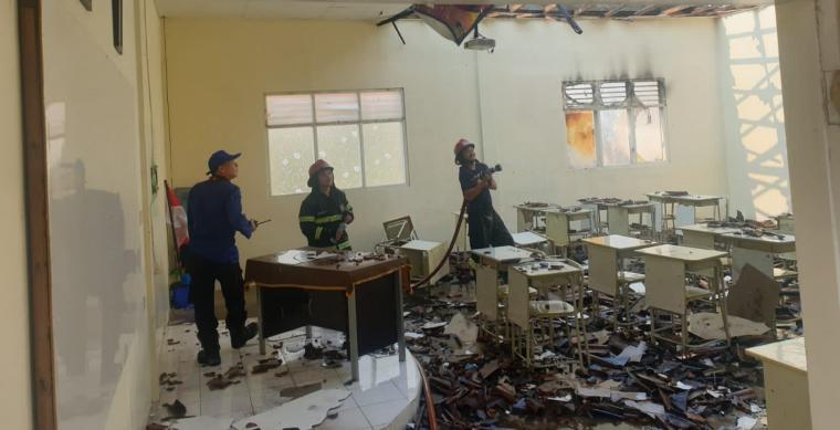 Kondisi ruang kelas SMPN 2 Kota Cilegon yang terbakar. (Foto: TitikNOL)