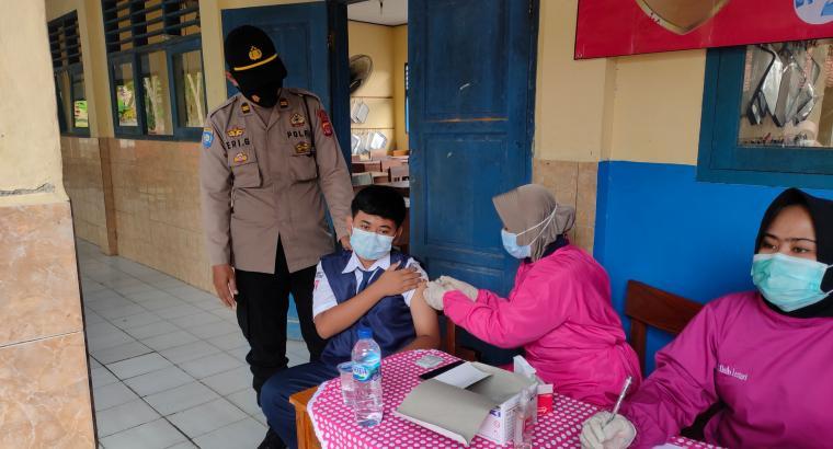 Suasana vaksinasi yang digelar di SMP 1 Rangkasbitung. (Foto: TitikNOL)