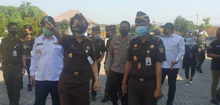 Kajati Banten, Reda Manthovani saat meninjau pelaksanaan vaksinasi di halaman Kejari Kota Cilegon. (Foto: TitikNOL)