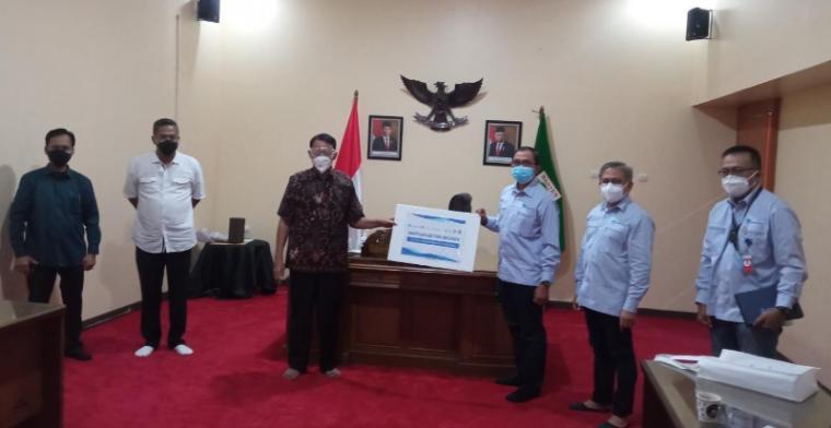 Gubernur Banten, H. Wahidin Halim menerima bantuan oksigen dari PT Chandra Asri, Tbk. Untuk penanganan Covid-19.