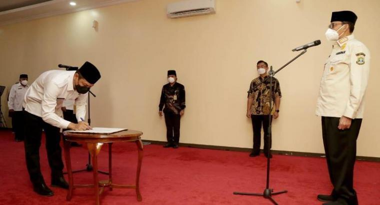 Suasana pelantikan yang dilaksanakan di ruang rapat Rumah Dinas Gubernur Banten Jl Jenderal Ahmad Yani No.158 Kota Serang, Kamis, (5/8/2021). (Foto: TitikNOL)