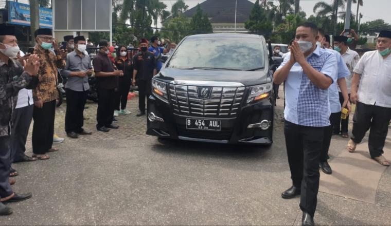 Mantan Wali Kota Cilegon Tubagus Iman Ariyadi saat tiba di Masjid Baitul Ishlah. (Foto: TitikNOL)