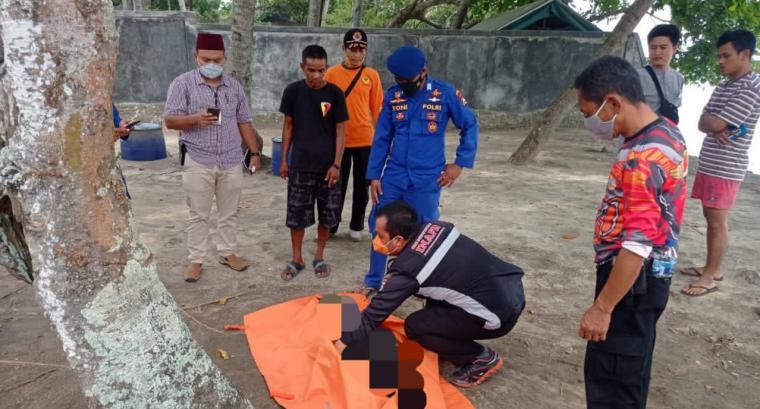Polisi saat mengevakuasi mayat wanita di Pantai Lagundi, Kecamatan Cinangka, Kabupaten Serang.(Istimewa).
