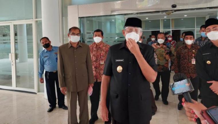 Gubernur Banten Wahidin Halim saat diwawancara wartawan. (Foto: TitikNOL)