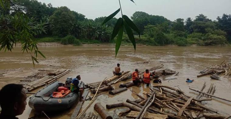 Pencarian korban tenggelam di Sungai Ciujung tepatnya di Kampung Selahaur Desa Cijoro Lebak, Kecamatan Rangkasbitung. (Foto: TitikNOL)