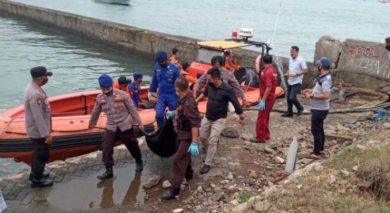 Petugas saat melakukan evakuasi mayat yang mengapung di Perairan Merak. (Istimewa)