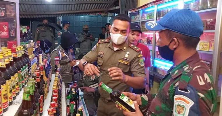 Petugas saat melakukan razia minuman keras di warung - warung jamu di Kota Cilegon. (Foto: TitikNOL)
