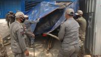 Petugas gabungan menunjukan lokasi korban jatuh di galian C yang berlokasi di Cikerai. (Foto: Istimewa).