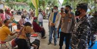 Wali Kota Cilegon Helldy Agustian dan Kapolres Cilegon AKBP Sigit Haryono saag meninjau pelaksanaan vaksinasi yang digelar industri di Kantor Kecamatan Grogol. (Foto: TitikNOL)